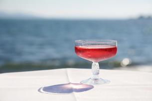 青い海とピンクのスパークリングワイン3の写真素材 [FYI00134875]