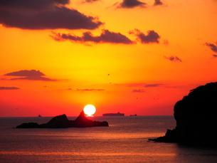 夕陽と雀島の写真素材 [FYI00135061]