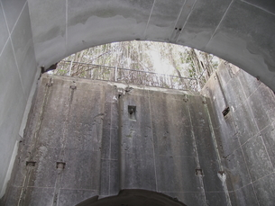 大房岬要塞の探照灯開口部の写真素材 [FYI00135147]