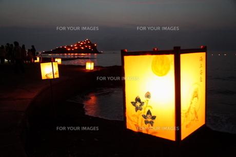 灯篭と島の灯の写真素材 [FYI00135217]