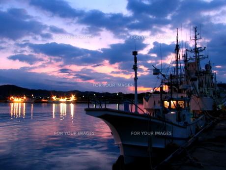 早朝の漁船と朝日の写真素材 [FYI00135286]