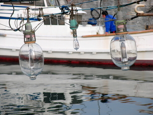 集魚灯と漁船の写真素材 [FYI00135298]
