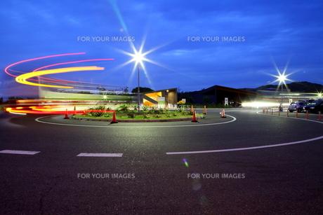 夕暮れのバス停の写真素材 [FYI00135301]