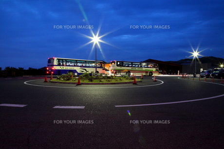 夕暮れのバス停の写真素材 [FYI00135302]