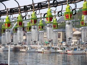 並んだ集魚灯と漁船の写真素材 [FYI00135304]