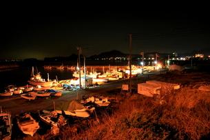 夜の漁港と夜景の写真素材 [FYI00135306]