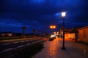 夕暮れの歩道と街灯の写真素材 [FYI00135318]
