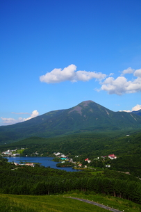 夏の白樺湖と蓼科山の写真素材 [FYI00135499]
