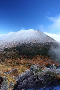 冠雪の浅間山の写真素材 [FYI00135510]