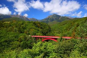 東沢大橋と八ヶ岳の写真素材 [FYI00135691]