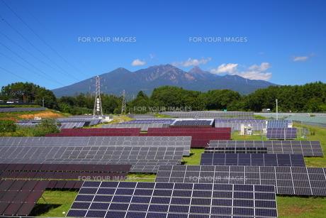 八ヶ岳とソーラーパネルの写真素材 [FYI00135708]