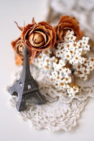 エッフェル塔とお花の写真素材 [FYI00136015]
