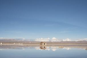 水面に映る小さな家の写真素材 [FYI00136251]