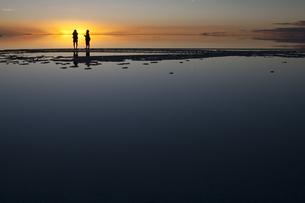 ウユニ塩湖の夕日と人影の写真素材 [FYI00136254]
