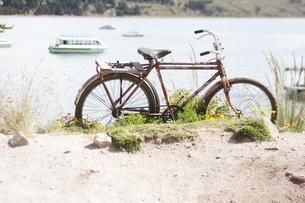 湖畔と赤い自転車の写真素材 [FYI00136255]