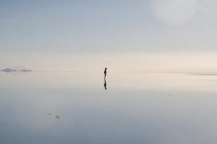 ウユニ塩湖に映る人影の写真素材 [FYI00136260]