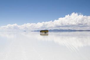 ウユニ塩湖、水面に映る黄色いバスの素材 [FYI00136261]