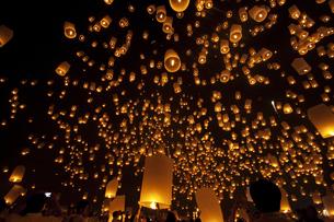 チェンマイ、ロイクラトン祭のコムロイの写真素材 [FYI00136269]