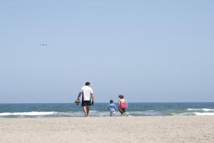 海で遊ぶ家族の写真素材 [FYI00136271]