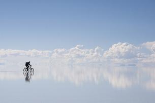 ウユニ塩湖を走る自転車の写真素材 [FYI00136274]