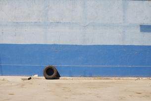 青い壁とタイヤの写真素材 [FYI00136277]