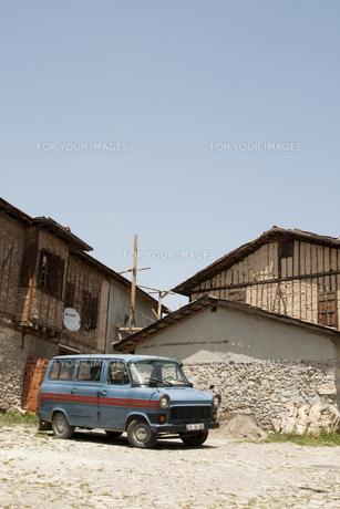 トルコの石畳と青い車の素材 [FYI00136283]