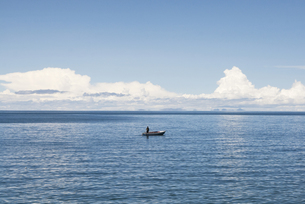 チチカカ湖と船の写真素材 [FYI00136288]