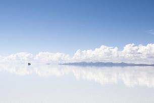 ウユニ塩湖、青空と雲と車の写真素材 [FYI00136291]