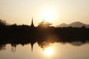 タイ、スコータイの遺跡と夕日の写真素材 [FYI00136297]