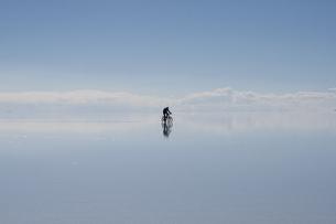 ウユニ塩湖、自転車にに乗る男性(中央)の写真素材 [FYI00136299]