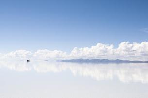 ウユニ塩湖と遠くに走る車の写真素材 [FYI00136303]