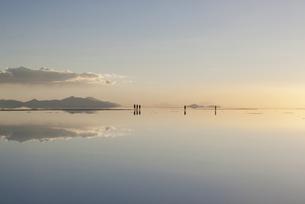 ウユニ塩湖、夕焼けと人の写真素材 [FYI00136304]