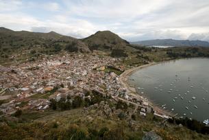 高台からのコパカバーナとチチカカ湖の写真素材 [FYI00136306]