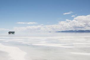 ウユニ塩湖とバスの写真素材 [FYI00136310]