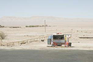砂漠の中の商店の写真素材 [FYI00136314]