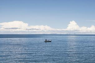 チチカカ湖とボートに乗る人の写真素材 [FYI00136321]