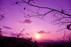 高台からの夕焼けの写真素材 [FYI00136346]