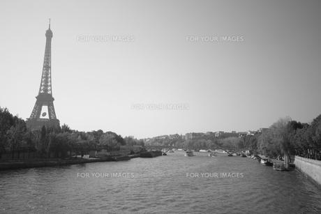 セーヌ川とエッフェル塔の写真素材 [FYI00136366]