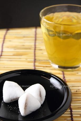 和菓子と緑茶の写真素材 [FYI00136459]
