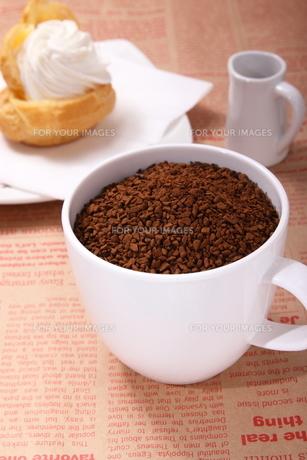 インスタントコーヒーとシュークリームの写真素材 [FYI00136462]