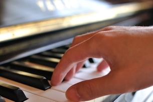 ピアノと手の写真素材 [FYI00136514]