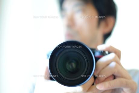 写真を撮る男性の写真素材 [FYI00136521]