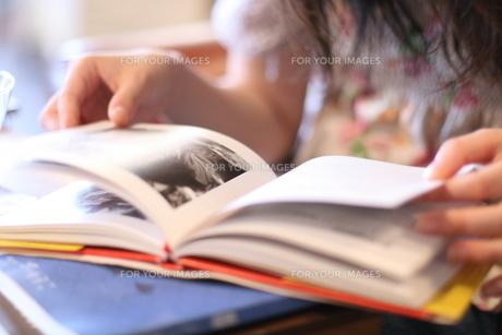本を読む人の写真素材 [FYI00137670]