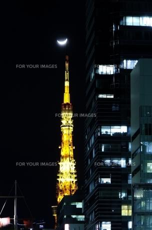 三日月と東京タワーの写真素材 [FYI00137822]