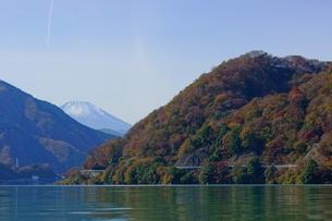 秋の丹沢湖と富士山の写真素材 [FYI00138400]