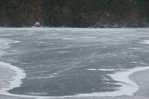 凍結の奥日光湯の湖の写真素材 [FYI00138488]
