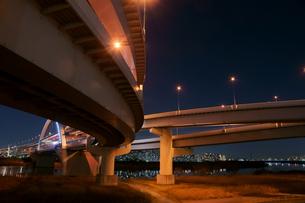 夜の首都高速王子線江北ジャンクションの写真素材 [FYI00138537]