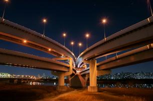 夜の首都高速王子線江北ジャンクションの写真素材 [FYI00138542]