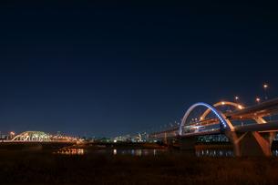 夜の五色桜大橋と江北橋の写真素材 [FYI00138546]