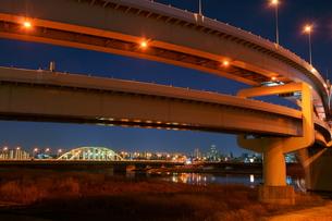 夜の首都高速王子線江北ジャンクションの写真素材 [FYI00138569]